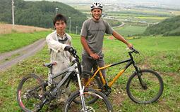 マウンテンバイククラブの松澤 憲司さんとオールベリーさん